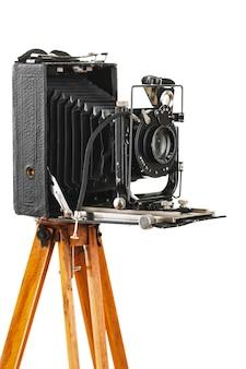 Antigua cámara fotográfica mecánica sobre un fondo blanco.