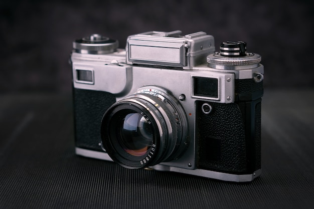 Antigua cámara de fotos vintage de 36 mm, memoria de estilo de vida. tome fotografías con un historial de lentes manual.