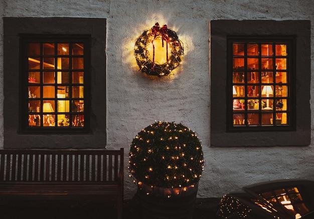 Antigua casa europea decorada para navidad.
