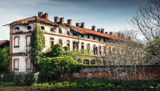Antigua casa de labranza en un evidente estado de abandono.