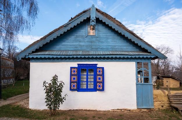 Antigua casa de madera en un pueblo