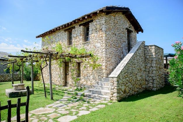 Antigua casa de piedra blanca