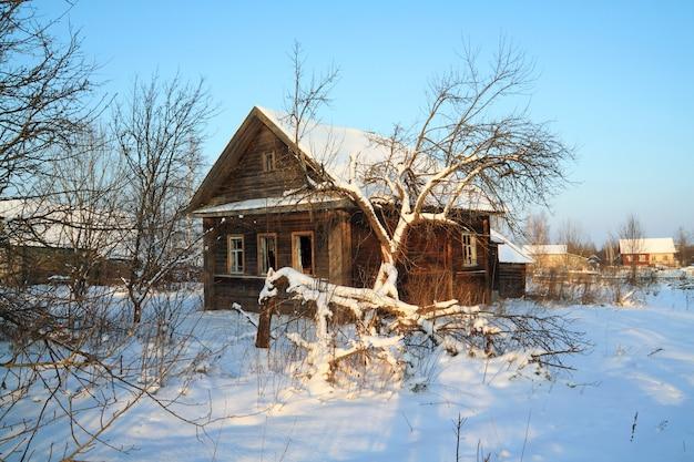 Antigua casa rural en nieve