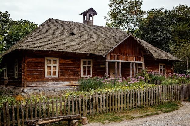Antigua casa tradicional eslava en el pueblo, con techo de paja