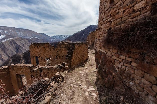 Antigua ciudad abandonada de gamsutl república de daguestán, rusia. cáucaso