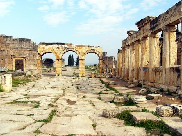 Antigua ciudad de hierápolis, pamukkale, turquía