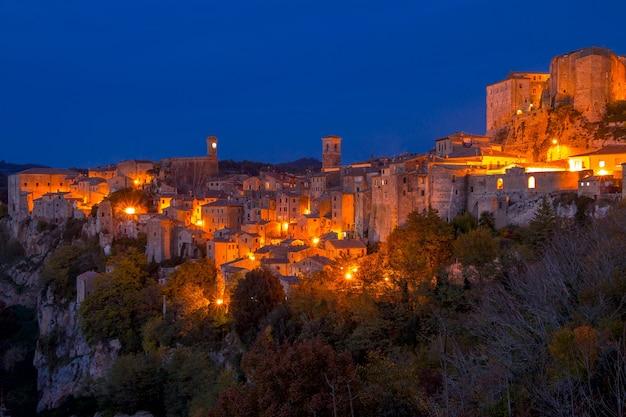 Antigua ciudad italiana de sorano. noche de otoño. panorama de la ciudad con alumbrado público