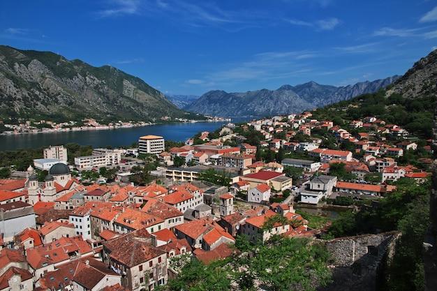 La antigua ciudad de kotor en la costa adriática, montenegro