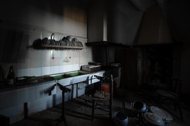 Antigua cocina oscura en una casa abandonada