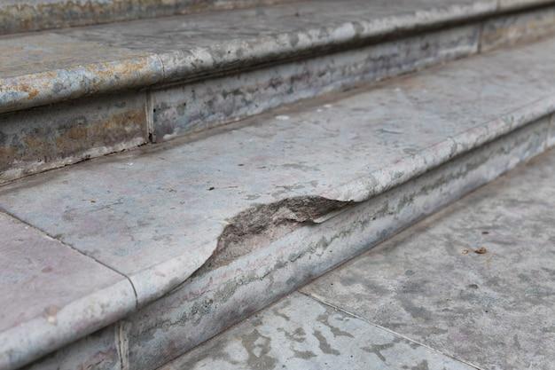 Antigua escalera de piedra destruida, escalones dañados