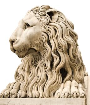 Antigua estatua de mármol de un león macho aislado en blanco