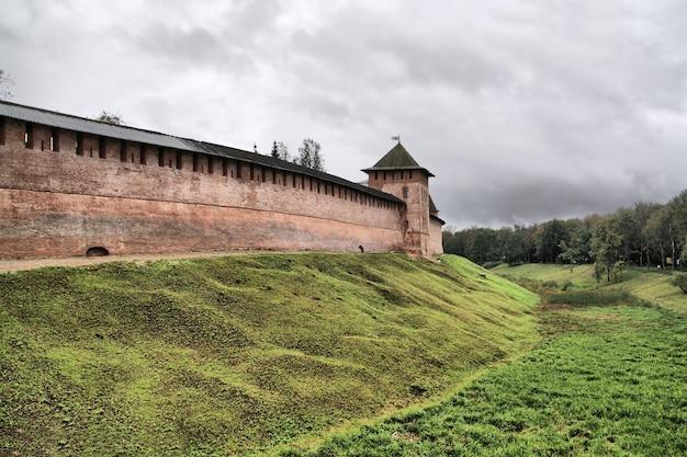 Antigua fortaleza en pequeña colina, hdr