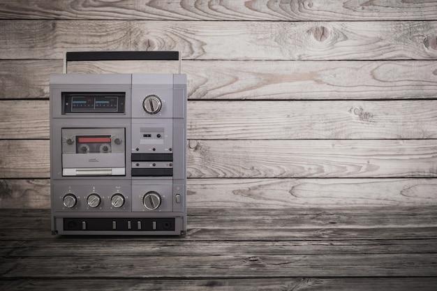 Antigua grabadora y cassette en mesa de madera