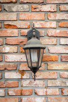 Antigua lámpara en la pared