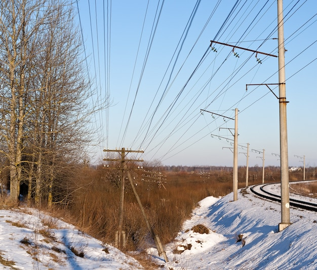 Antigua línea de telégrafo a lo largo de un ferrocarril en ucrania