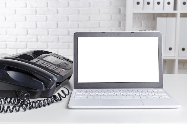 Antigua máquina de fax sobre la mesa