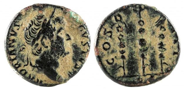 Antigua moneda de bronce cuadrangular del emperador adriano.