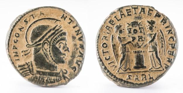 Antigua moneda romana de cobre del emperador constantino i magnus.