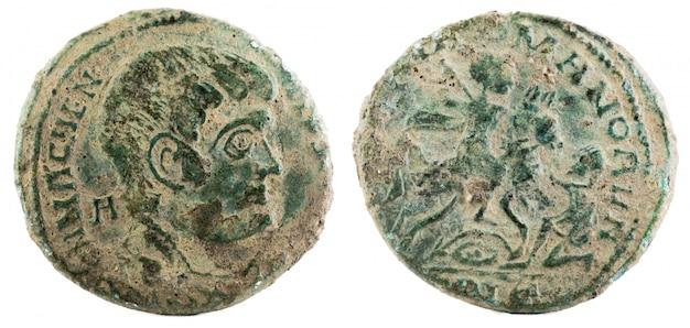 Antigua moneda romana de cobre del emperador magnecio.