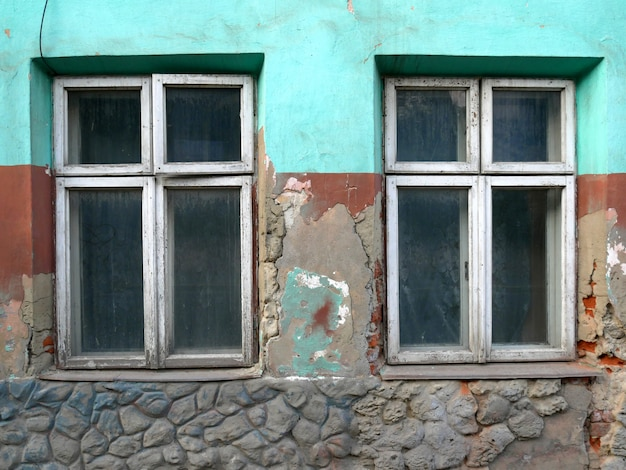 Antigua muralla agrietada con una ventana