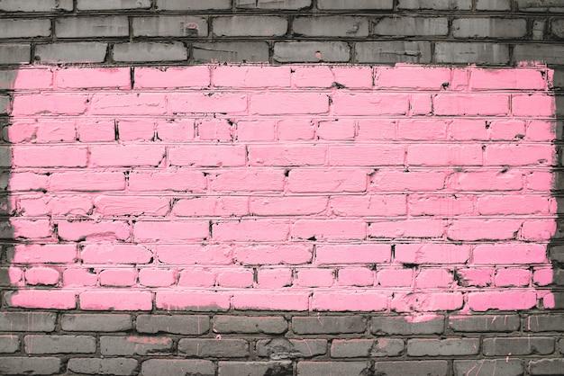 Antigua muralla de ladrillo sucio pintado en rosa