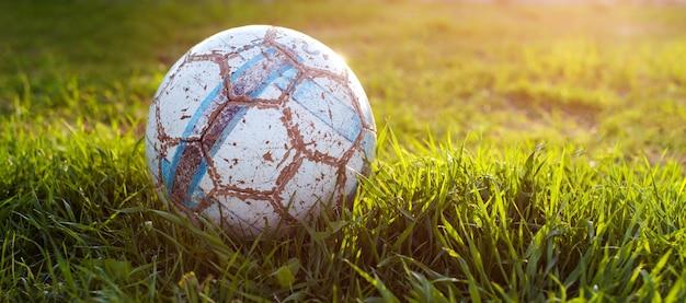 Antigua pelota para jugar al fútbol, detalles del deporte.