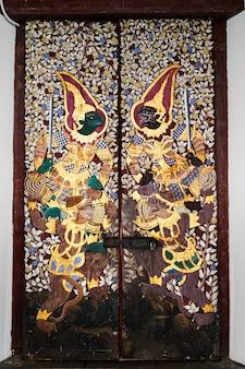 Antigua pintura de ramayana desde la puerta de un templo en bangkok.