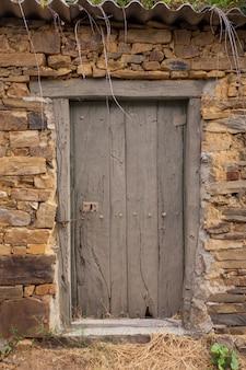 Antigua puerta de una casa española.