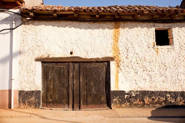 Antigua puerta de una casa pobre.