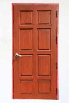 Antigua puerta de entrada de madera de teca o ventana aislado sobre fondo blanco.