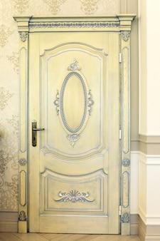 Antigua puerta de madera blanca textura antigua
