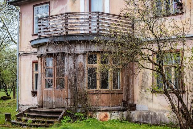 Antigua puerta de madera marrón con cristales de ventana