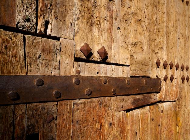 Antigua puerta de madera en valencia torres de serranos.