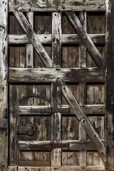 Antigua puerta de madera vintage cerrada.