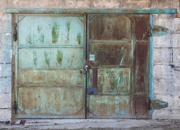 Antigua puerta de metal para el garaje del coche