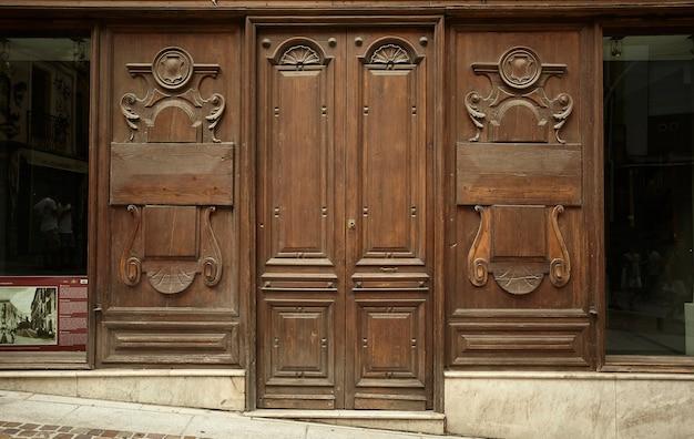 Antigua puerta de una tienda de madera perteneciente al centro histórico de cagliari en cerdeña, italia
