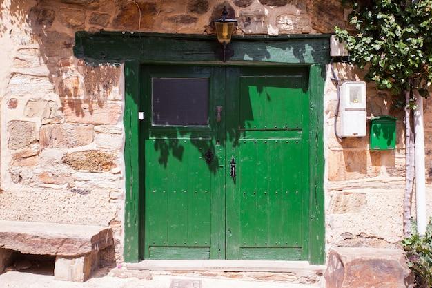 Antigua puerta verde de una casa española.