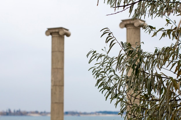 Antiguas columnas junto al mar.