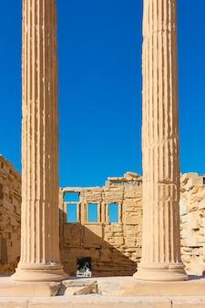 Antiguas columnas de mármol del templo del erecteion en la acrópolis, atenas, grecia