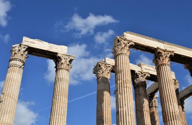 Antiguas columnas del templo de zeus en atenas en un día soleado