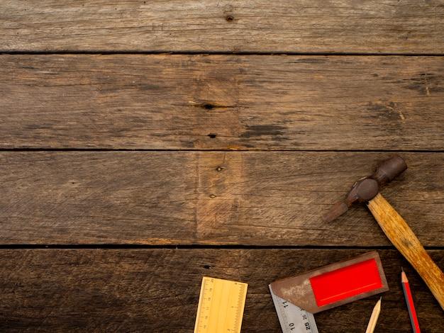 Antiguas herramientas en una mesa de madera.