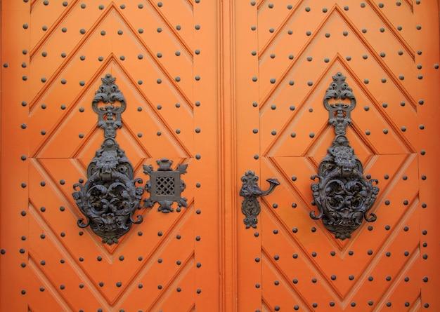 Antiguas puertas de madera con hermosa forja metálica.