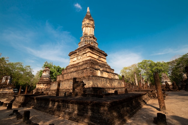 Antiguas ruinas de la antigua ciudad en sukhothai
