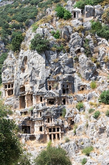 Antiguas tumbas excavadas en la roca en myra, demre, turquía