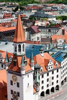Antiguo ayuntamiento y tejados de munich