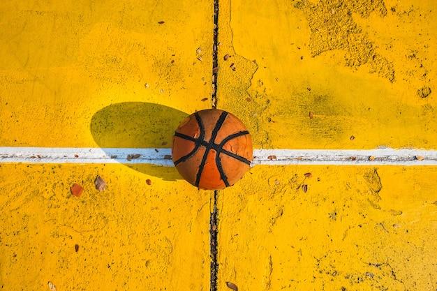 Antiguo baloncesto en la cancha de baloncesto.