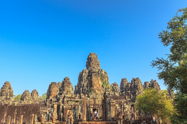Antiguo castillo en el cielo azul. angkor thom en camboya