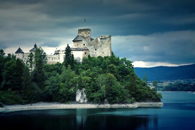Antiguo castillo en los mountians.