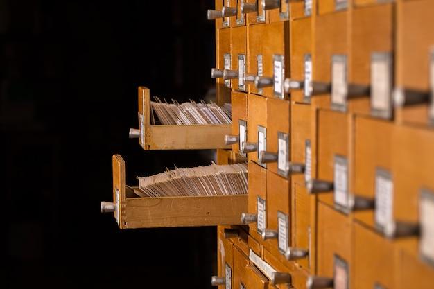 Antiguo catálogo de referencias de biblioteca con cajón de tarjetas abierto.