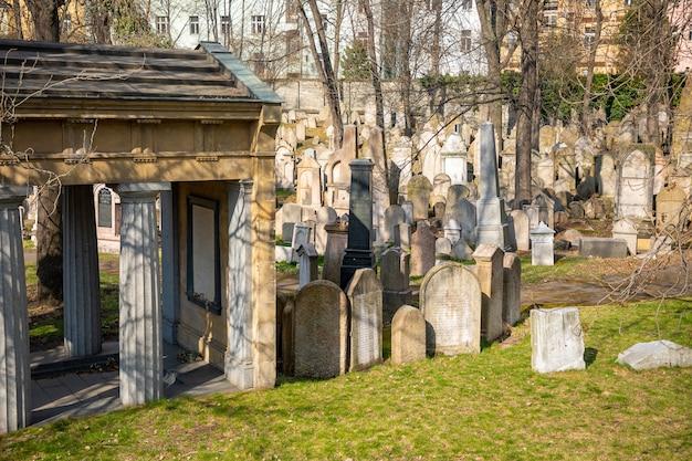 Antiguo cementerio judío junto a la torre de televisión de zizkov en praga, república checa